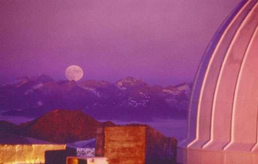 La Lune, grosse à l'horizon, semble un disque aplati. © Daniel Bardin - Reproduction et utilisation interdites