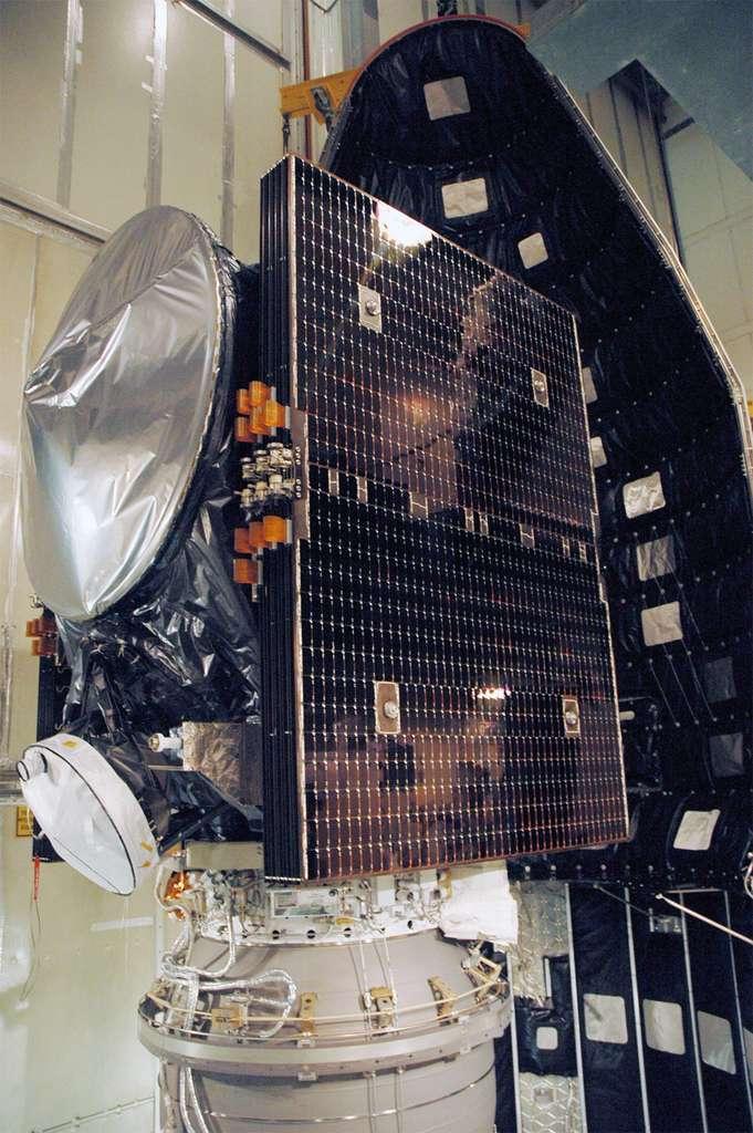 La sonde Dawn installée dans la coiffe de son lanceur Delta II en vue de son lancement en septembre 2007. © Nasa