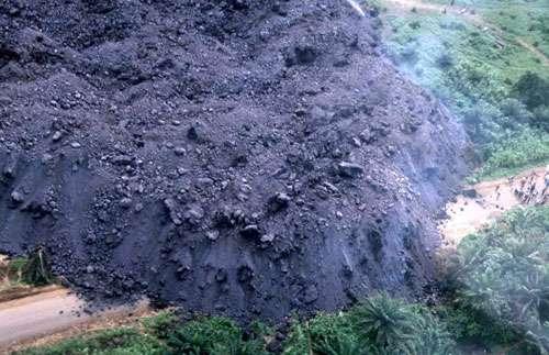 Au mont Cameroun en avril 1999, le front de la coulée de lave coupe la route côtière entre Limbe et Idenau, plus précisément entre Batoké et Bakingili. © J.-M. Bardintzeff