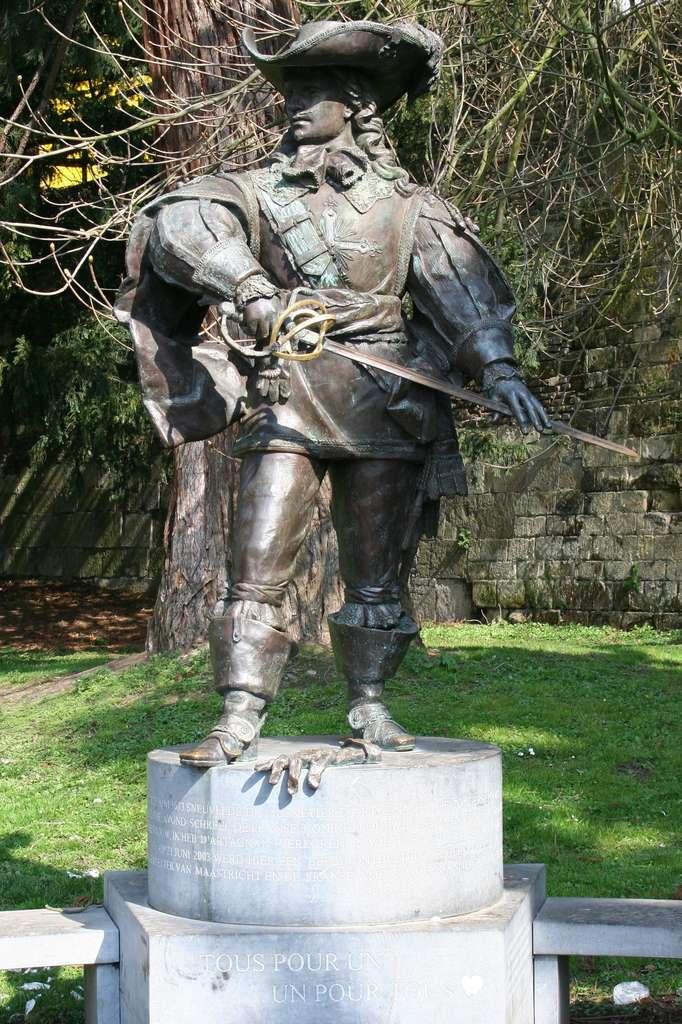 Statue de Charles de Batz, comte d'Artagnan, à Maastricht. Sur le socle, la devise « Tous pour un, un pour tous ». © Wikimedia Commons, domaine public