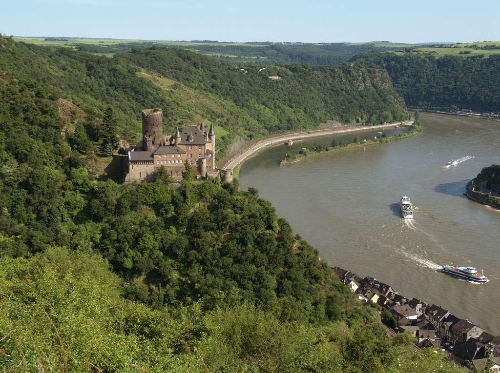 Une vue du château de Katz, au-dessus de Sankt Goarshausen et du Rhin avec le rocher de Lorelei en arrière-plan (Allemagne). © Johannes Robalotoff, Wikimedia Commons, CC by-sa 3.0