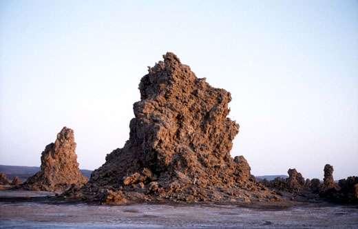 Au lac Abbe, dans la République de Djibouti, les dépôts hydrothermaux construisent d'étranges cheminées rocheuses. © J.-M. Bardintzeff, reproduction et utilisation interdites