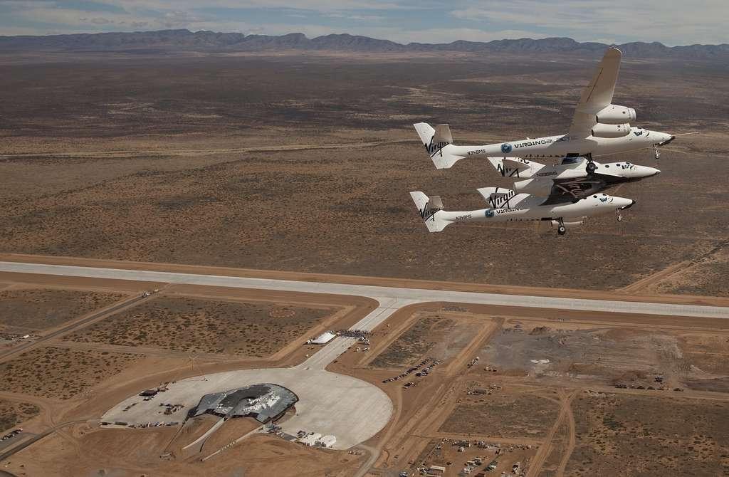L'avion WhiteKnight 2 (à double fuselage) transporte le vaisseau SpaceShip 2 sous son aile centrale, au-dessus du Mojave Air and Space Port, le 22 mars 2010. Rebaptisé Virgin Space Ship, ce vaisseau a volé en plané en octobre 2010 mais pas encore avec son réacteur. © Virgin Galactic