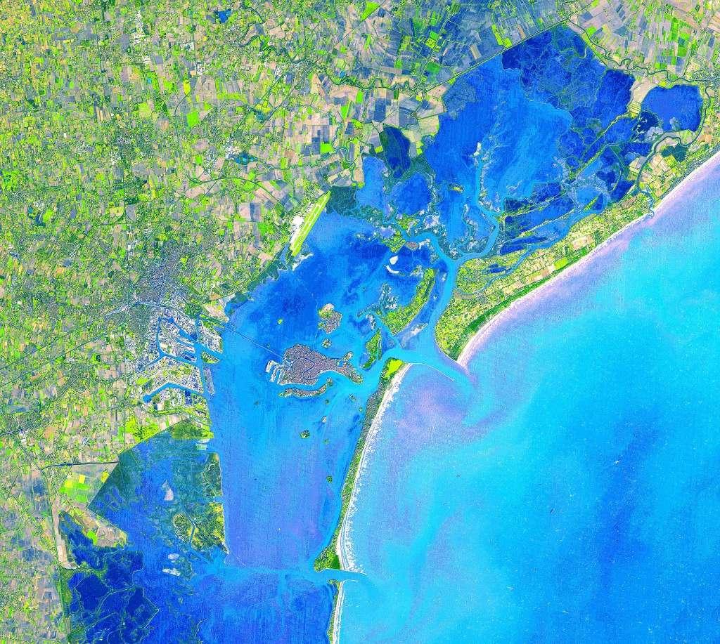 La lagune de Venise (au centre de l'image) vue depuis le satellite Aster. Les points d'entrée de l'eau dans la lagune sont visibles. Ils pourront bientôt être obturés par des digues flottantes en cas de grosse marée. © Nasa/GSFC/Meti/Ersdac/Jaros et U.S./Japan Aster Science Team