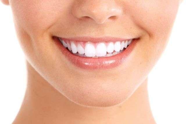 Pour garder un sourire éclatant, mieux vaut éviter les boissons énergisantes et énergétiques ! © Kurhan, shutterstock.com