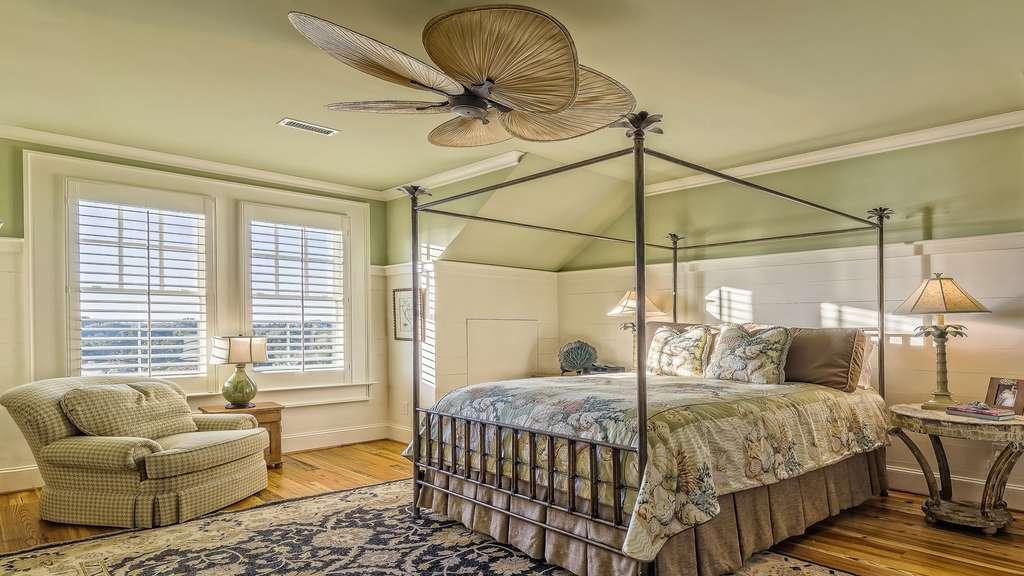 Une chambre avec lit à baldaquin