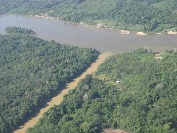 Confluence d'un cours d'eau présentant une forte turbidité (en bas) du fait d'une activité intense d'orpaillage. © Kamran Khazraie