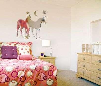 Sticker miroir « licornes » pour chambres d'enfants. Dimensions : l 42 x H 45 cm. Disponibles en plusieurs couleurs : 40 euros environ. © Mandellia.fr
