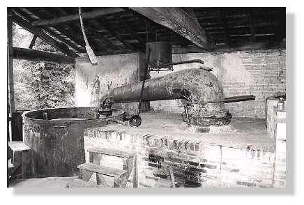 Visite d'un ancien atelier de distillation à Luxey - Après avoir été épurée dans des chaudières, la résine était distillée à feu nu dans un alambic en cuivre. © www.littoral33.com - Tous droits réservés