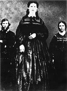Anna Haining Bates était atteinte de gigantisme. On la voit ici aux côtés de ses parents. © DR