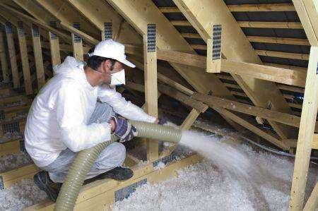 Pour isoler des combles perdus, par exemple, il est possible de souffler de la laine de verre en vrac. © Isover