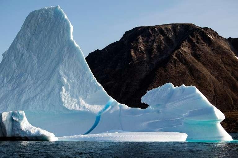 Un iceberg près de l'île de Kulusuk au Groenland, le 17 août 2019. Les calottes de l'Arctique et de l'Antarctique ne sont pas les seules masses glaciaires menacées par la fonte. Ce phénomène concerne les glaciers à travers le monde (Alpes, Himalaya, etc.), avec des répercussions sur l'approvisionnement en eau potable de près de deux milliards de personnes. © Jonathan NACKSTRAND - AFP/Archives