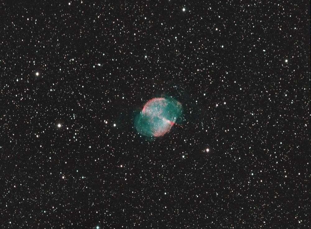 Cette image de M 27 postée sur notre forum d'astronomie a été obtenue en 15 heures de poses avec une lunette de 100 mm de diamètre. Crédit JP 06, son pseudo