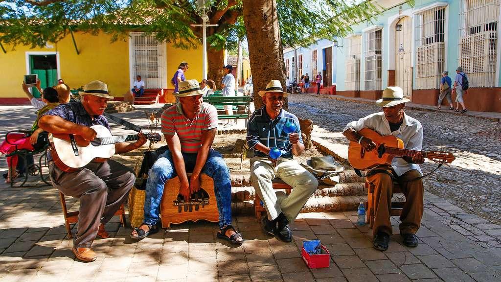 Des musiciens dans les rues de Trinidad