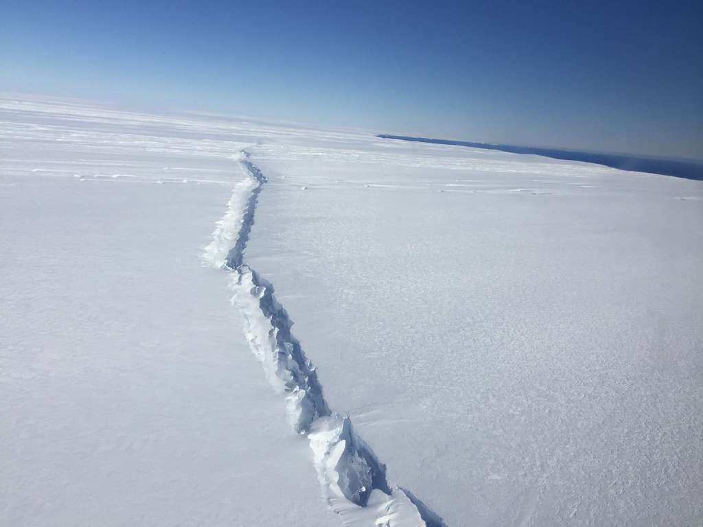 Les responsables du projet Midas — un projet dont l'ambition est d'étudier les effets du réchauffement climatique sur la barrière de glace de Larsen C — ont rappelé ce jeudi que l'Antarctique est l'une des régions qui se réchauffent le plus vite. Sous l'effet du réchauffement climatique, la plateforme glaciaire de Larsen A s'est désintégrée en 1995. Celle de Larsen B en 2002. Quant à celle de Larsen C, elle pourrait aujourd'hui ne plus tenir qu'à un fil. Ici, la fracture qui s'étend à proximité du glacier de Pine Island, photographiée le 4 novembre 2016 lors d'un survol de l'Antarctique ouest dans le cadre du programme de la Nasa, IceBridge. © Nasa, Nathan Kurstz
