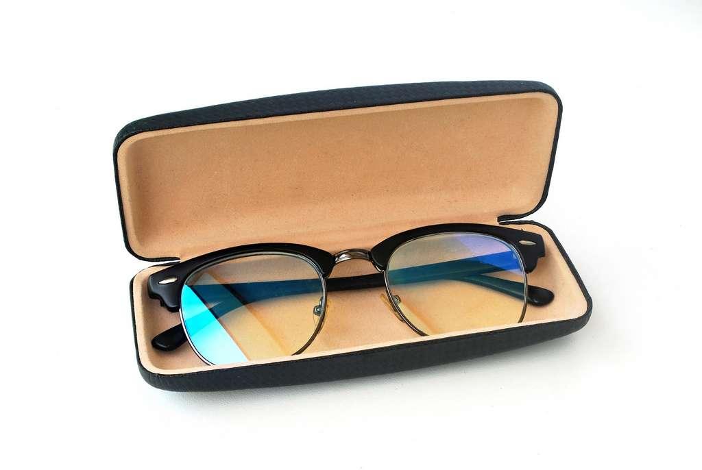 Certaines lunettes disposent de filtres contre la lumière bleue, mais d'après l'Anses leur efficacité est variable. © thitimontoyai22, Fotolia
