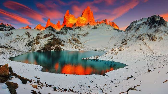 Un splendide coucher de soleil sur un lac de montagne en Patagonie. © Marcio Cabral