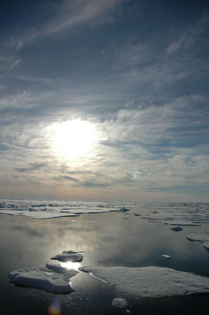 La glace de mer de l'Arctique a atteint un record de fonte en septembre 2012. Son étendue aurait diminué de 3,41 millions de kilomètres carrés. Si le réchauffement climatique joue clairement un rôle dans le recul des glaces, ce record a été atteint à cause d'un phénomène météo rare. © Jeremy Potter, NOAA
