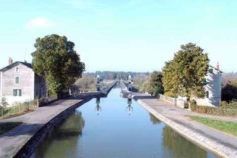 Vue de près et d'en bas du pont canal de Briare