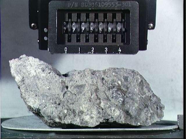 La roche lunaire 72255 pèse 461 grammes et mesure une dizaine de centimètres de long. C'est une brèche d'impact qui, 40 ans après son retour sur Terre, fait encore parler d'elle. Crédit Nasa