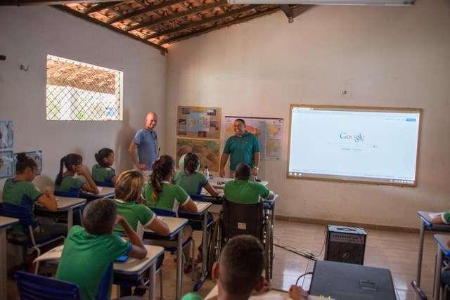 Pour le moment, Google teste son service de connexion Internet par ballons à petite échelle en Nouvelle-Zélande. Plus récemment, au Brésil, des élèves d'une école rurale ont pu accéder à la Toile pour la première fois grâce à la connexion 4G relayée par les ballons Loon. © Google Loon