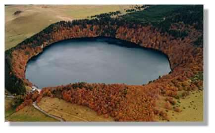 Lac Pavin, joyau des lacs d'Auvergne, est la dernière manifestation volcanique auvergnate (© LVA)