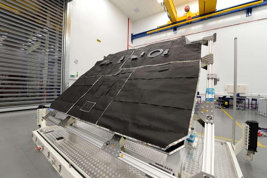 Le modèle structurel du bouclier thermique du satellite Solar Orbiter, vu ici en mars 2015 dans l'établissement de Stevenage. © Airbus Defence & Space