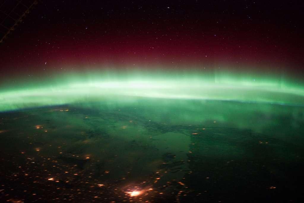 Lorsqu'elles atteignent la Terre, ces éjections de masse coronale (ou CMA), provenant de l'activité du Soleil (éruption solaire), peuvent provoquer d'importantes perturbations dans le fonctionnement des satellites, voire des réseaux terrestres de distribution d'électricité. Elles engendrent également les aurores au-dessus des pôles pour le plus grand plaisir des astronautes à bord de l'ISS comme le montre cette image acquise au-dessus du Canada. © Nasa