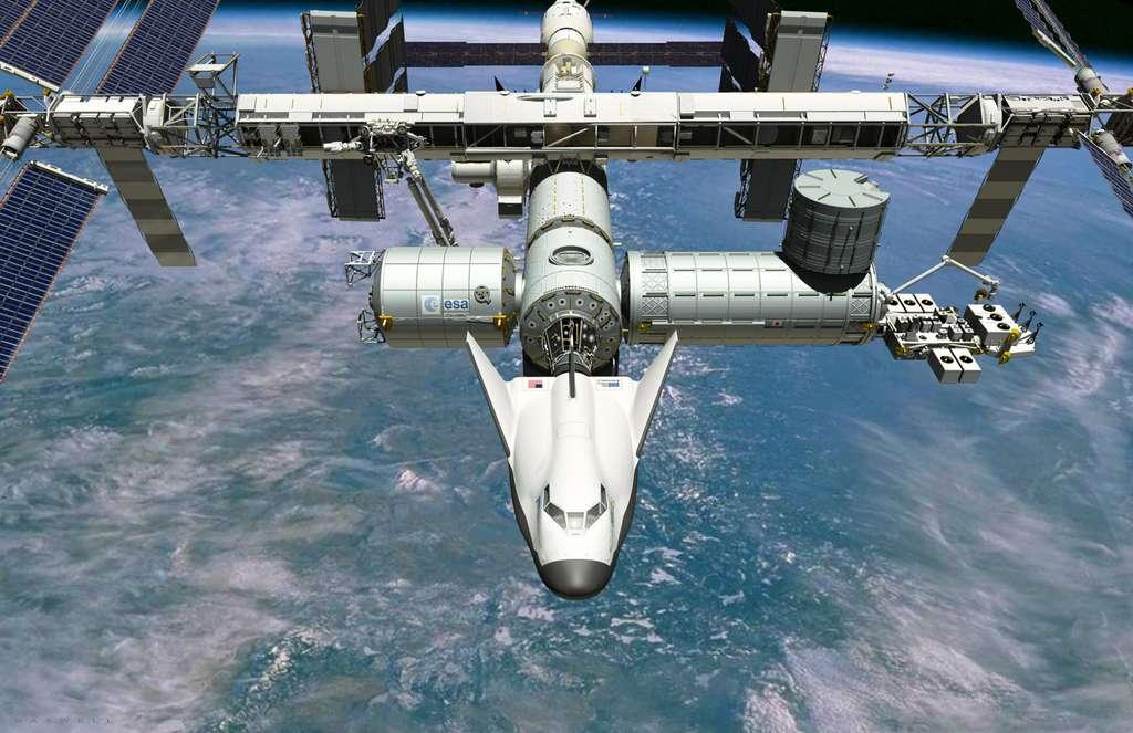 En vue d'artiste, le Dream Chaser de Sierra Nevada Corporation amarré à la partie occidentale de l'ISS. Certaines technologies européennes pourraient être adaptées à l'appareil. © Sierra Nevada Corporation