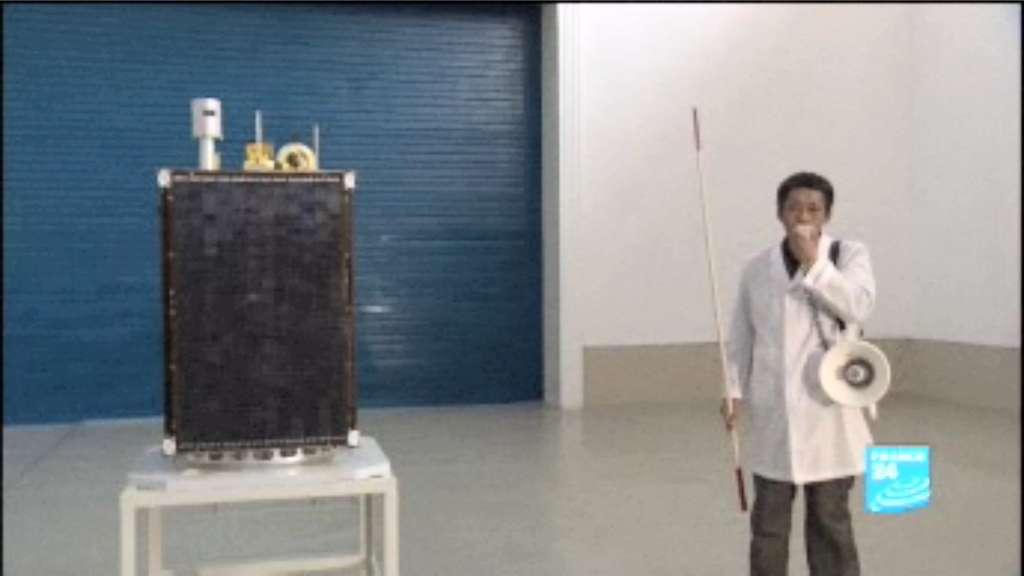 Le satellite Kwangmyongsong-3 présenté à la presse internationale début 2012, avant le tir du lanceur Unha, en avril, qui s'est soldé par un échec. L'image est extraite d'un reportage de France 24. © France 24