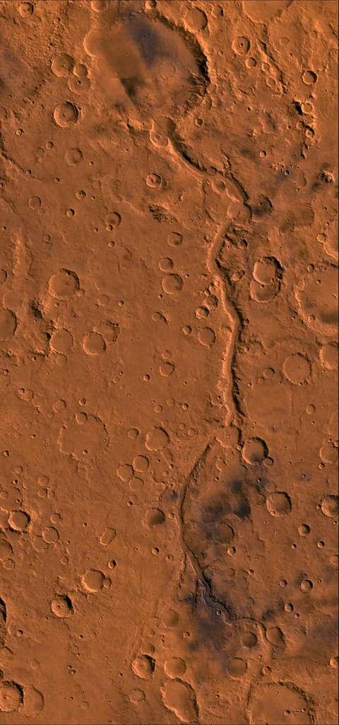 Long de plus de 800 km, Ma'adim Vallis est l'un des plus grands canyons de Mars après le célèbre Valles Marineris. En haut, le canyon débouche sur le cratère Gusev (166 km de diamètre) où demeure le rover Spirit. Faute d'indices tangibles, l'existence d'un ancien lac reste à confirmer. © Nasa, JPL, USGS