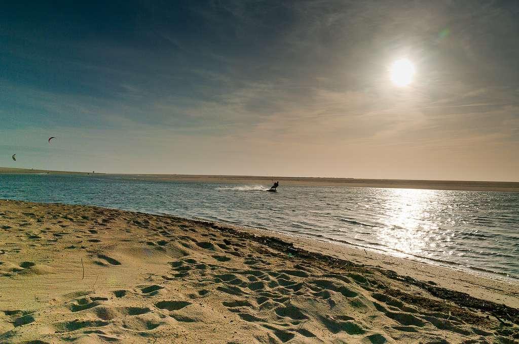 Le courant d'Huchet est un fleuve côtier des Landes, où peut se pratiquer le kitesurf, comme ici à l'image. © PhotoSophil, Flickr CC by nc nd 2.0