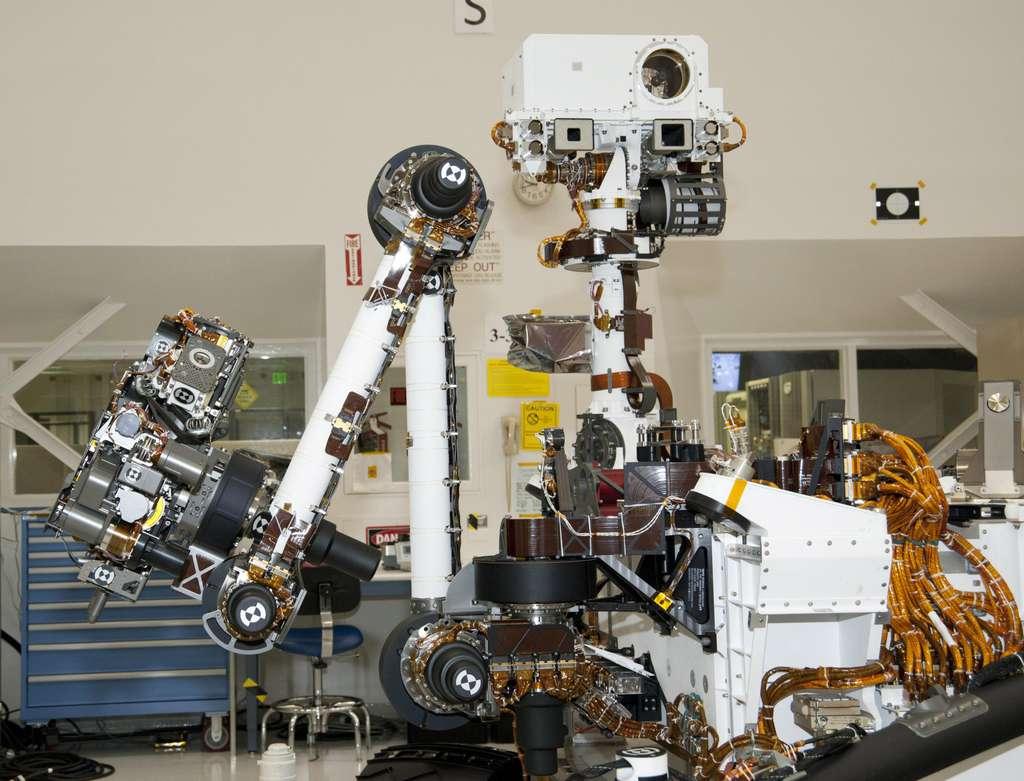 Le bras et le mât, sur lesquels sont installés des instruments scientifiques et de navigation (avril 2011). © Nasa/JPL-Caltech