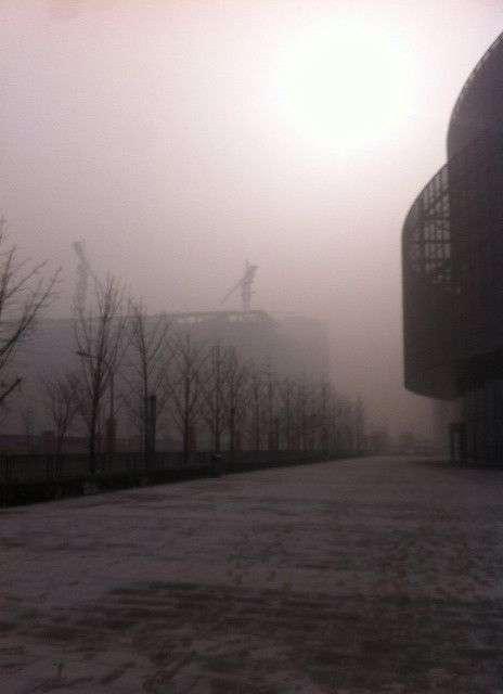 Pékin en pleine journée, le 12 janvier 2013. Le smog est tellement épais qu'on ne voit plus le ciel, et qu'il fait très sombre. L'indice de pollution était de 755, alors que le maximum habituel de l'échelle de mesure de l'Air Quality Index est de 500. © @limlouisa, Twitter