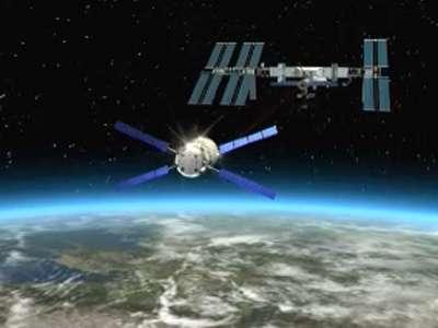 L'ATV se préparant à l'arrimage sur le module russe Zvezda de l'ISS (vue d'artiste). Si tout va bien, cette scène deviendra réalité le 3 avril. © ESA TV