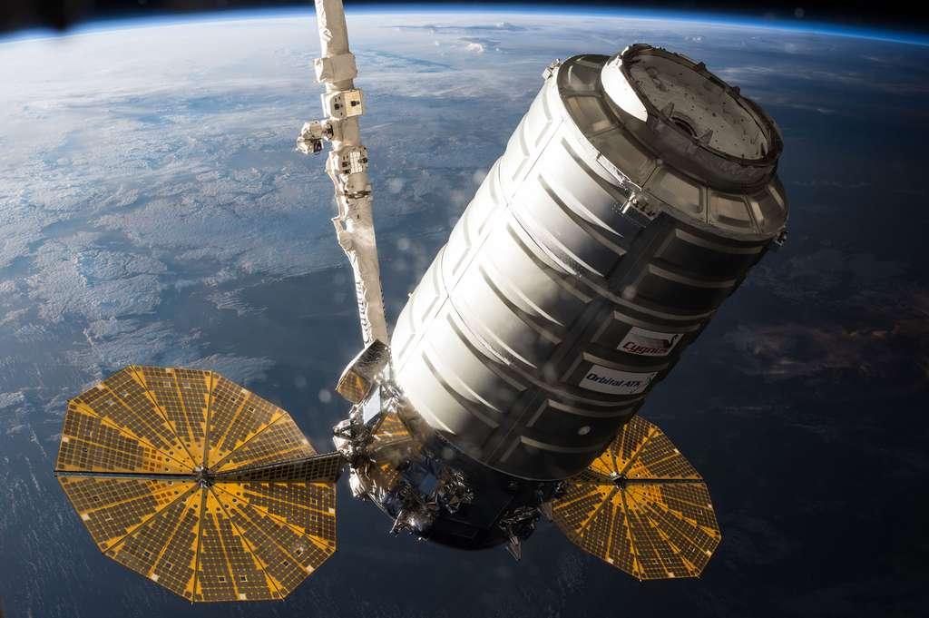 Le cargo Cygnus d'Orbital ATK lors de sa capture par le bras Canadarm2 de la Station. © Nasa