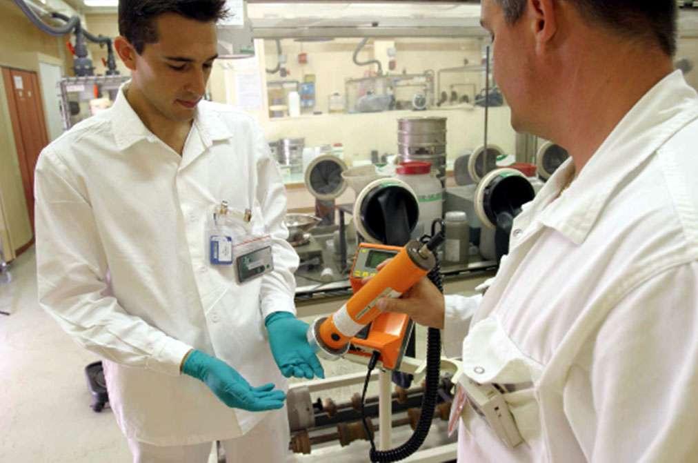 Les travailleurs pouvant être soumis à des rayonnements ionisants font l'objet de contrôles quotidiens. Cela permet de s'assurer qu'ils n'ont pas reçu une dose supérieure à la norme ou, dans le cas contraire, de localiser et de mesurer l'importance de l'irradiation. © CEA
