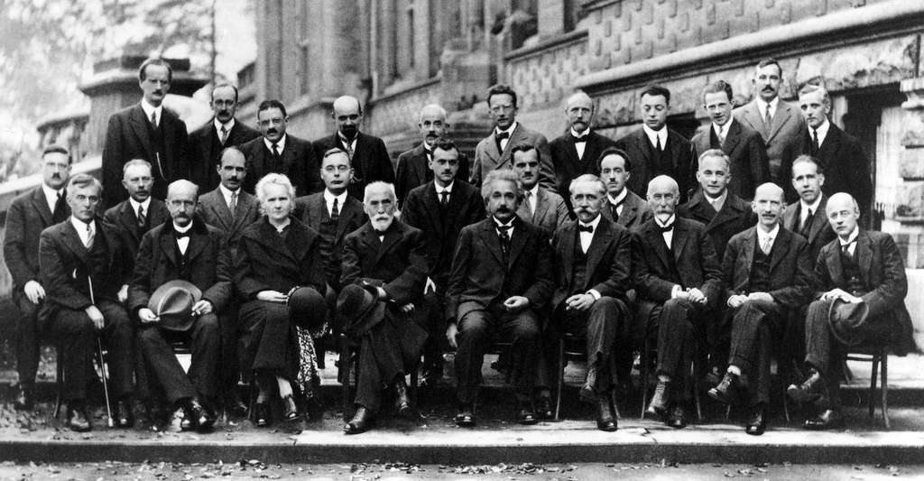 Au congrès Solvay de 1927, les plus grands scientifiques de la planète se rassemblent pour discuter physique et chimie. Marie Curie est longtemps restée la seule femme à avoir participé à un congrès Solvay, celui de 1927 étant, de plus, resté dans les annales comme celui de la fondation de la mécanique quantique. © WikiImages, Pixabay, CC0 Creative Commons