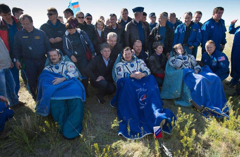 Retour sur Terre d'Expedition 35 et réadaptation progressive à la gravité terrestre, pour corriger les effets de l'impesanteur qu'ont subis les trois astronautes (Chris Hadfield est le premier sur la gauche). © Nasa, Carla Cioffi
