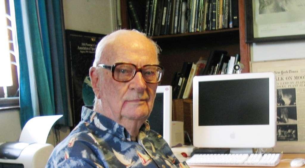 Arthur Clarke sera probablement considéré par les historiens du futur comme l'un des penseurs les plus lucides et les plus influents du XXe siècle. À l'origine du concept de satellite de télécommunication géostationnaire, il avait prédit l'essor d'Internet et la prépondérance des robots dans l'exploration du Système solaire. © Wikipédia, DP