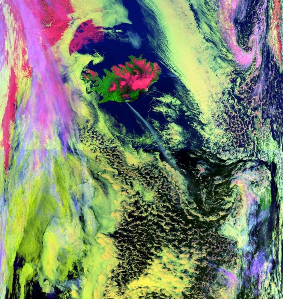 Les Metop couvrent les régions boréales et australes, invisibles depuis l'orbite géostationnaire, et peuvent suivre la couverture nuageuse des hautes latitudes. Sur cette image, acquise en mai 2010, on voit l'éruption du volcan islandais Eyjafjöll. © Eumetsat