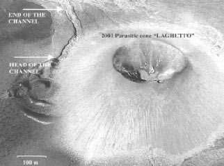 Fig. 2 - Une vue aérienne de la coulée de lave (à gauche) (crédits : courtesy of Phys. Rev. Lett. 96 028501)