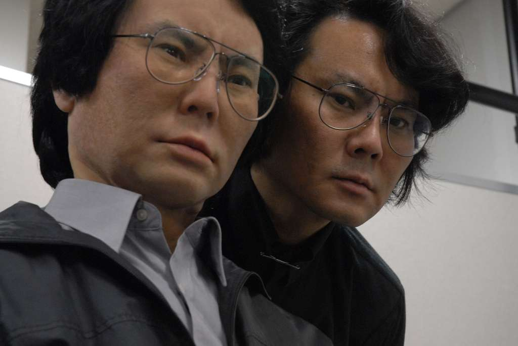 Le robot Geminoid HI-1 en compagnie de son créateur, le professeur Ishiguro : qui est qui ? © Makoto Ishida, ATR, DR