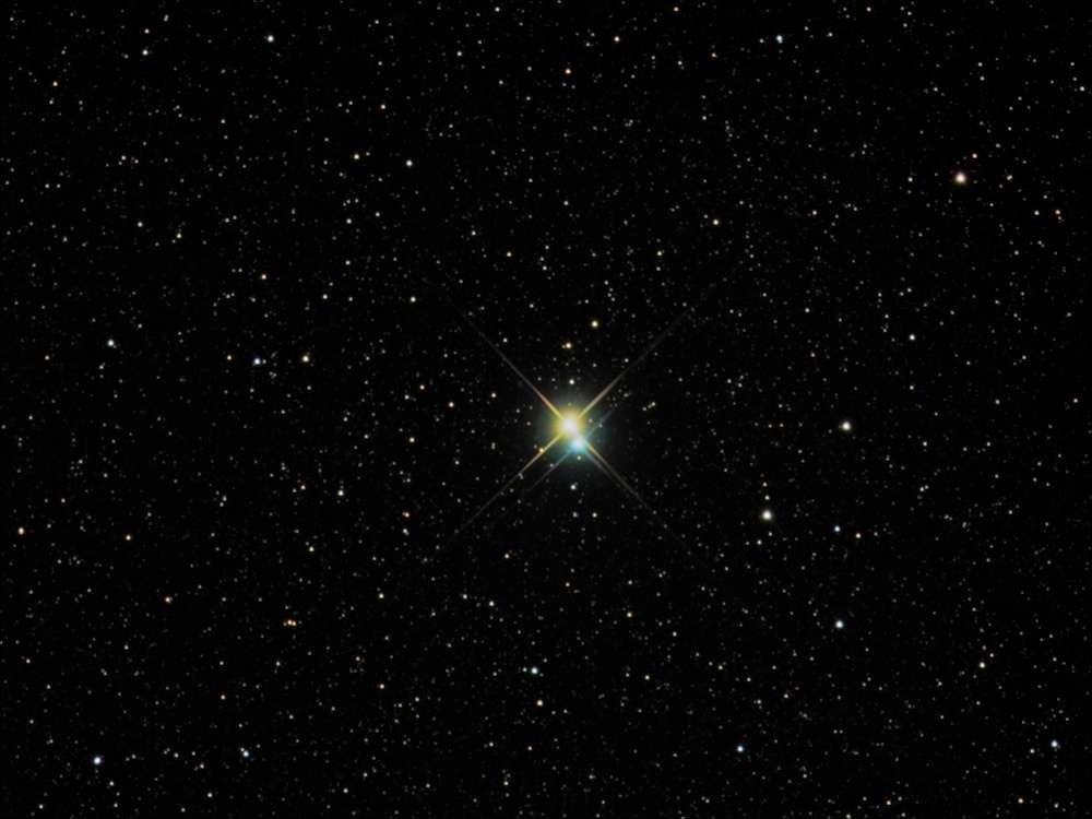 À 380 années-lumière de la Terre, l'étoile double Alibero, la tête du Cygne. Les deux étoiles de couleurs (donc de températures) différentes seraient séparées de 40 unités astronomiques (40 fois la distance entre la Terre et le Soleil). © Richard Yandrick