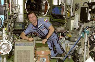 Le cosmonaute Nicolaï Boudarine à côté d'un purificateur d'air (crédit : NASA)
