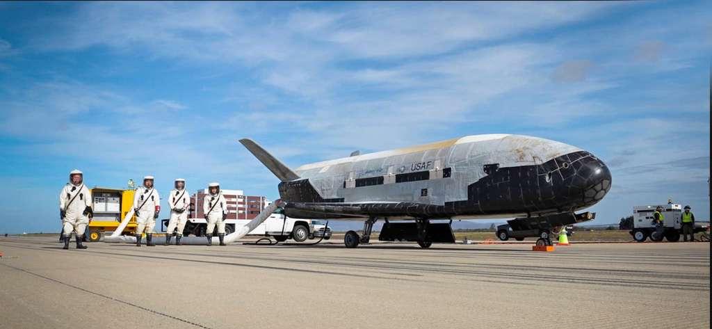 Retour sur Terre du X-37B, le 7 mai, après une mission record de 718 jours en orbite. © U.S. Air Force