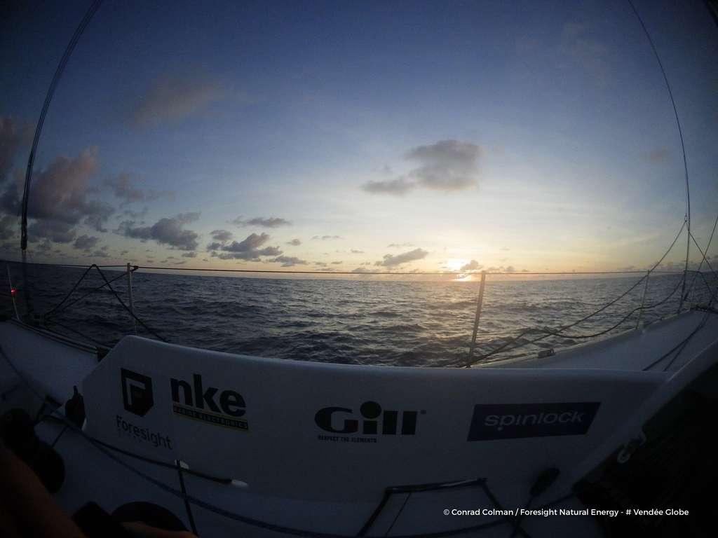 La dernière photo envoyée le 24 novembre par Conrad Colman, quelque part dans l'Atlantique sud. L'avant du bateau est à droite. Puisque son cap est d'environ 130°, c'est un lever de soleil. © C. Colman