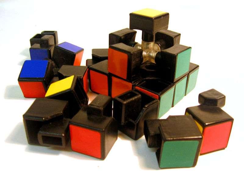 Un Rubik's Cubede facture classique en partie démonté. Il se compose de 6 cubes centraux, fixés sur un noyau en croix, de 8 cubes de coin et de 12 cubes d'arête. © Curis, CC by-sa 2.5
