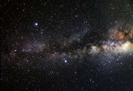 Cliquez pour agrandir. Sur cette photo de la Voie lactée, trois étoiles particulièrement brillantes forment un astérisme, c'est-à-dire qu'elles dessinent une figure géométrique. Il s'agit de Vega (en haut à gauche), Altaïr (milieu en bas) et Deneb (extrême gauche). L'ensemble forme le triangle d'été (appelé également Triangle des nuits d'été, Grand triangle de l'été ou les trois belles de l'été). L'étoile HD 189733 A autour de laquelle gravite HD 189733b se trouve au milieu du triangle et c'est une binaire. Crédit : A. Fujii