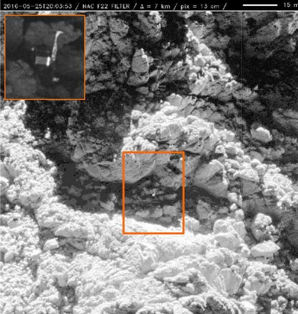 L'image de Philae prise en mai 2016 depuis une distance d'environ 5 kilomètres d'altitude avec une résolution de 13 centimètres. Dans l'encadré à gauche, la même image acquise il y a quelques jours mais prise depuis une distance de seulement 2,7 kilomètres et qui montre très clairement le petit lander tant recherché. © Cnes